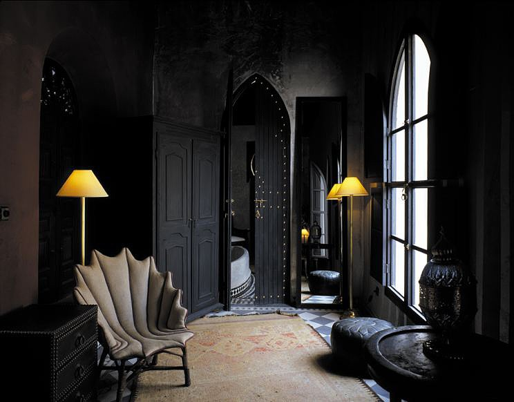 interior design in black -#main