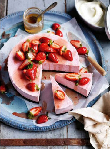 Vegan-Strawberry-and-Brownie-frozen-Cheesecake